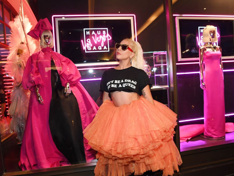 Леди Гага была на пике Гаги в тюлевой юбке и короткой футболке на открытии своей выставки в Вегасе