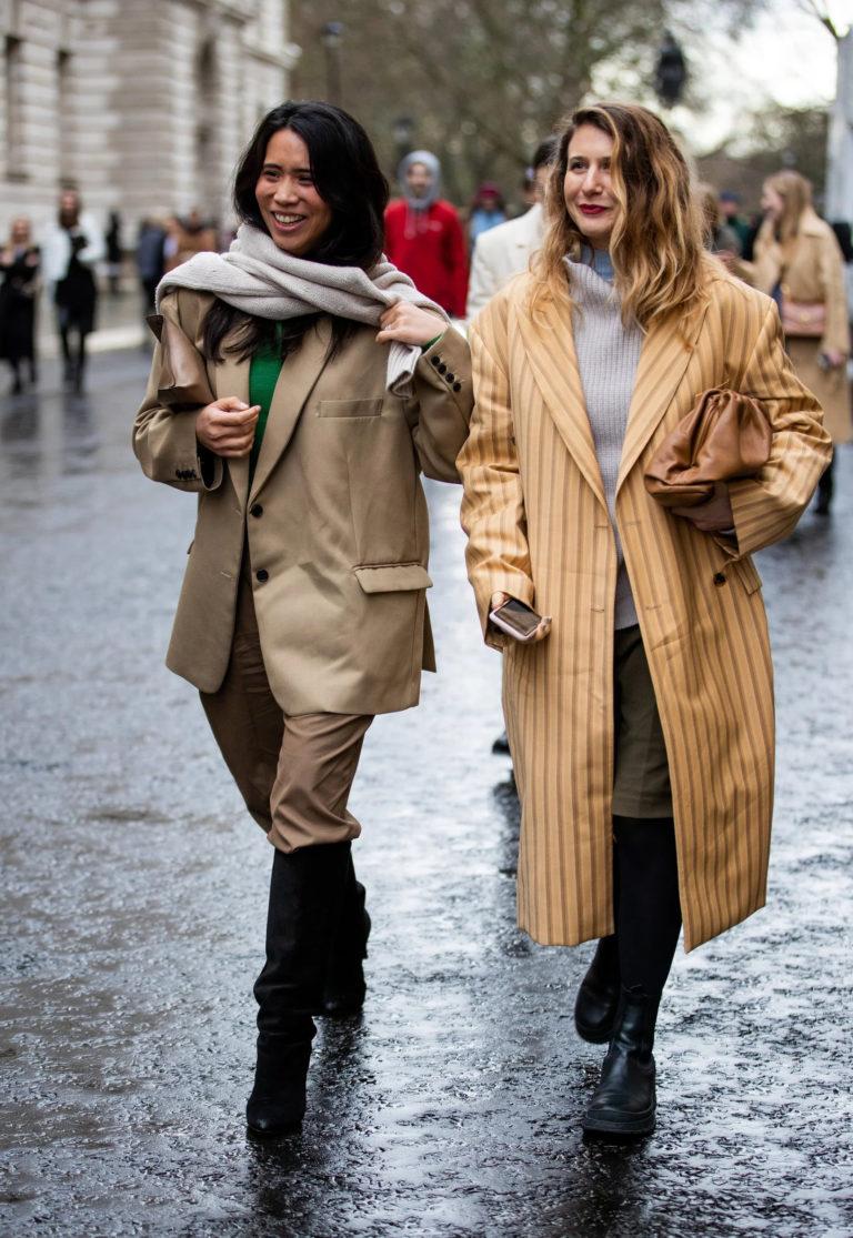 Как звезды уличного стиля одеваются, когда идет дождь?