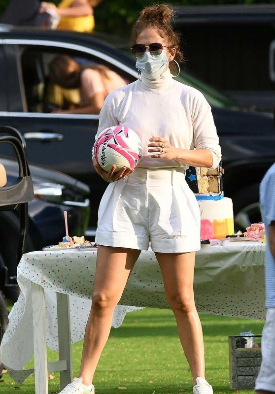Дженнифер Лопес в крутых белых шортах и в кружевном бра на праздновании дня рождения в Майами