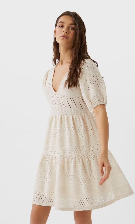 Короткое Трикотажное Платье С Вышивкой Женская Коллекция Цвет Небеленого Полотна S